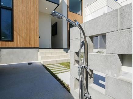 海の街らしい屋外シャワーのあるお家