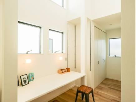2階ホールはたくさんの窓から光が差し込む陽だまり空間