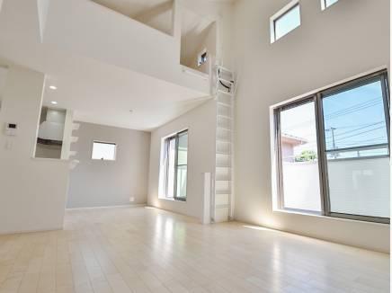 天井が高くとても開放的なLDK