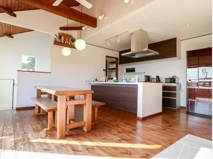漆喰の壁に板張りの天井や梁が素敵なLDKは約21.5帖と広々空間です。