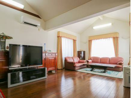 LDKは天井が高く開放的で明るい雰囲気です。