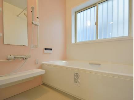 やわらかいカラーのバスルームでゆったりとくつろいでください