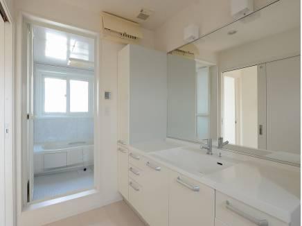 広い洗面台にはたっぷりの収納スペースを完備