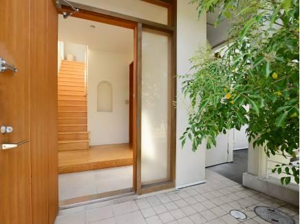 植栽と広々した玄関ホールがお出迎えしてくれます。