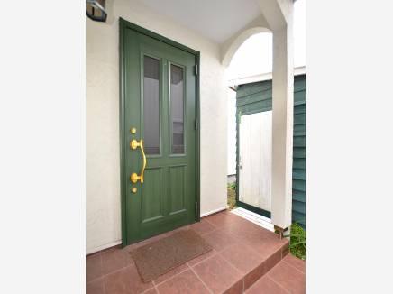 可愛らしい玄関ドアが印象的