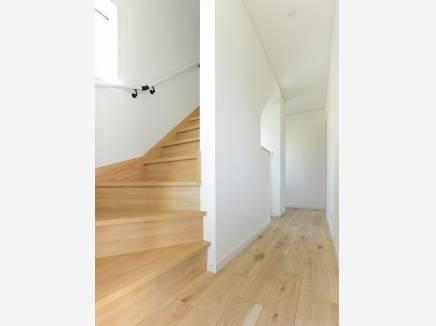 ロフトへの階段は荷物を運ぶのがラクラクできそうな固定階段を採用