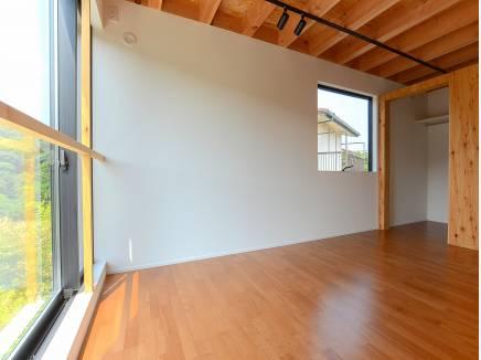 2階の北側の居室は窓が大きく癒しの空間となるでしょう