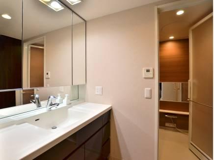 洗面所・バスルームも高級感溢れるゆったりサイズです。