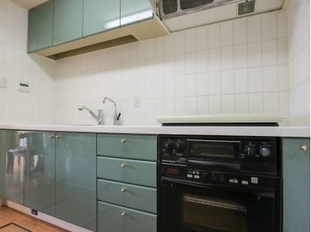 キッチン収納を豊富に完備したキッチン