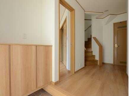 玄関フロアはゆとりの広さがあり、木の温もりが溢れます