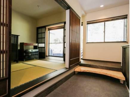 京町家を訪れたような趣に満ちた空間です。