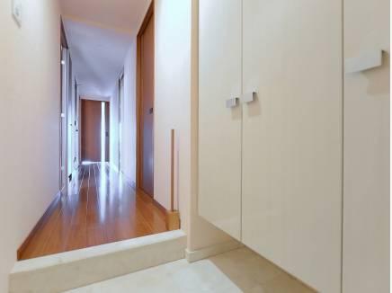 白を基調とした明るい雰囲気の玄関