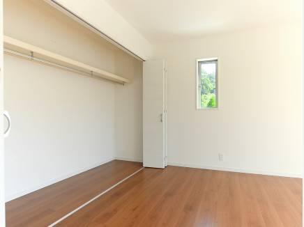 大容量の収納スペースを完備した6.7帖の洋室