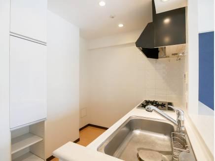 奥行きのあるキッチンは収納も多く使い勝手も良好