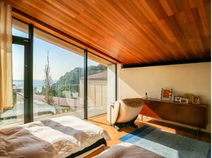 主寝室にもぴったりの洋室からは海が望めます
