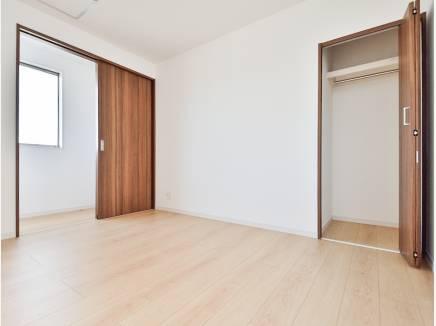 シンプルな居室は家具選びが楽しくなりそう