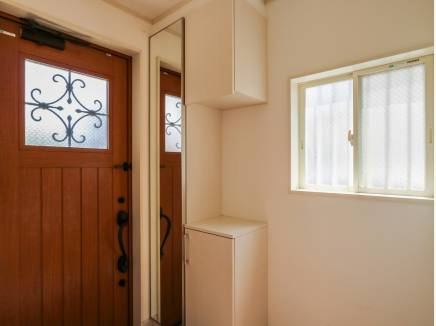 玄関ドアにアイアンをあしらったお洒落なデザイン