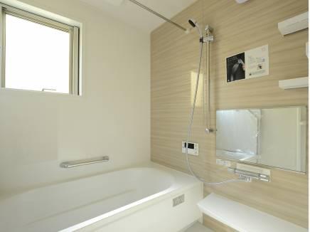 明るいカラーですっきりしたバスルーム