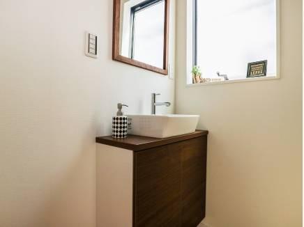 玄関を入った先の廊下に完備されたお洒落な洗面台