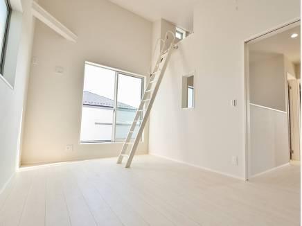 たくさんの窓から心地良い光が差し込む7.5帖の洋室はロフト付