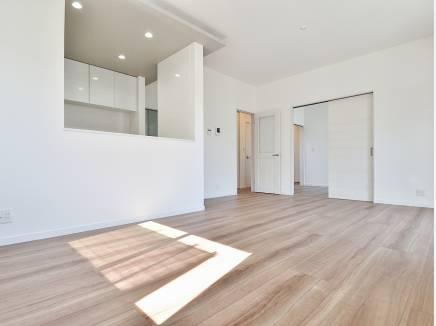 白と木目調の床が爽やかでお洒落な印象を与えてくれます