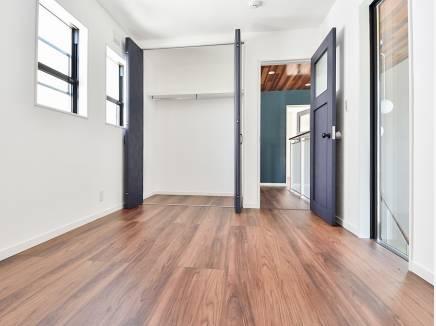 玄関を見下ろせる開放的な6帖の洋室