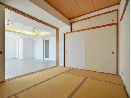 リビングから続く和室は6帖 い草の香りは落ち着きます。