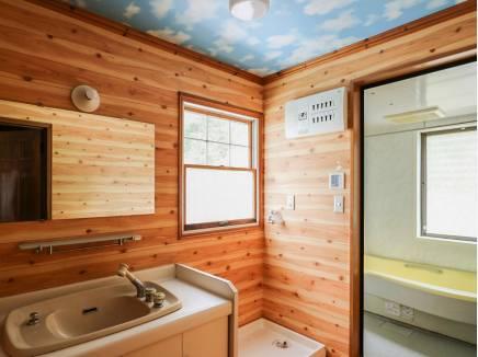 洗面室にも木の温もりがたっぷり