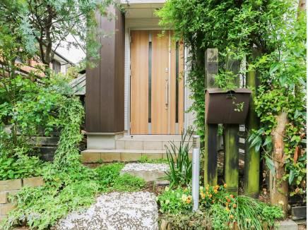 緑が溢れる爽やかな玄関アプローチ