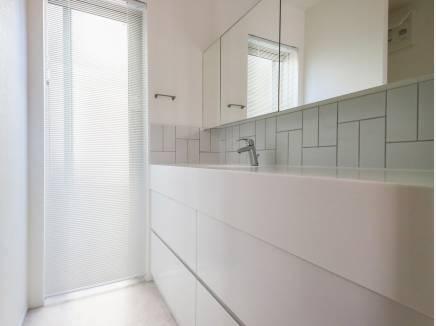 洗面室にもたっぷりの収納スペースを完備