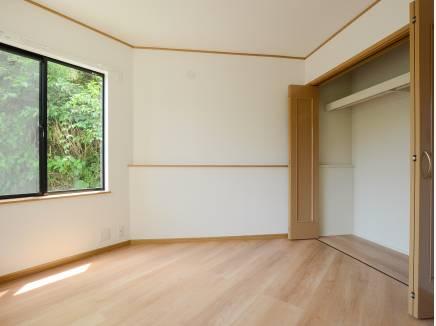 5帖の洋室にはたっぷりの収納スペースを完備