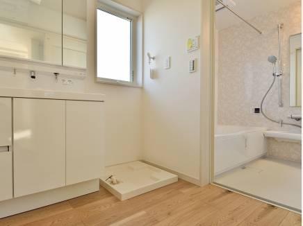 窓があり、換気もバッチリ出来る洗面室・バスルーム