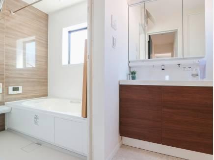 ゆとりの広さを確保した洗面室・バスルーム