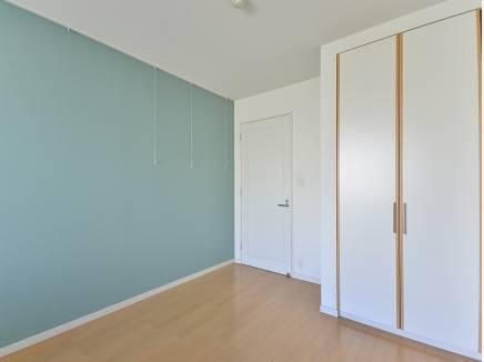 6帖の洋室は爽やかな色のクロスです。
