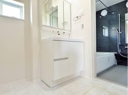 洗面室・バスルームにも窓がある明るい空間