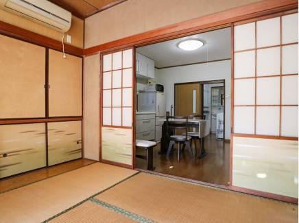 ダイニングから続く和室は家族の憩いのスペースです。