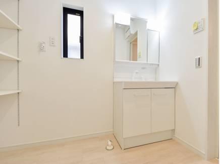 白を基調とした洗面室