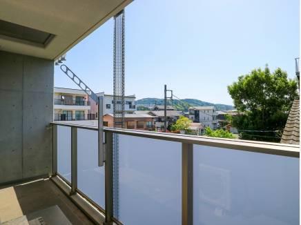 バルコニーからは広い空や鎌倉の山を望めます