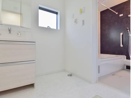 洗面室とバスルームもゆとりの広さ