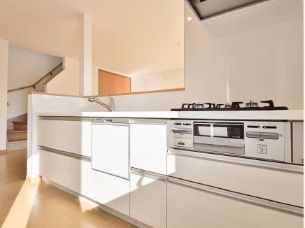 白を基調とした明るい印象のキッチン