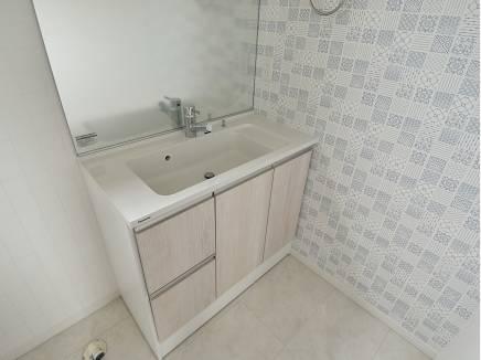 壁紙がアクセントとなった浴室
