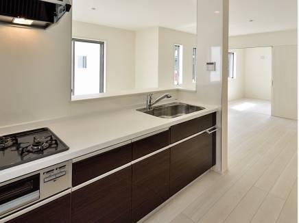 シンプルなデザインで使いやすい対面キッチン