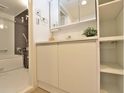 白を基調とした明るい洗面室