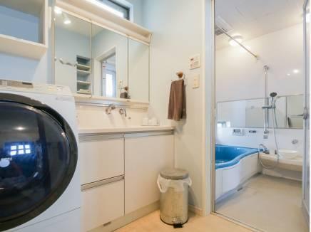 洗面室・バスルームはとても広くゆとりのある空間です