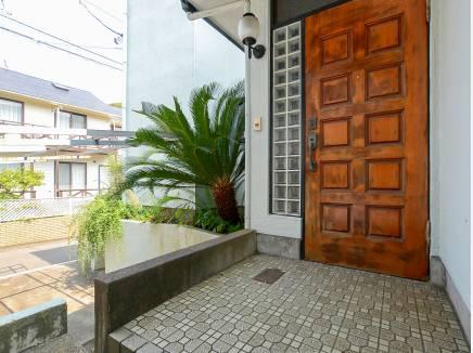 玄関を植物で彩るのも素敵