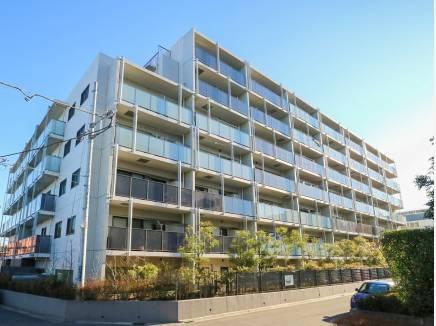 青空に映える重厚感溢れる佇まいのマンション