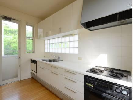 大型システムキッチン、作業スペースが広くお料理しやすいです。