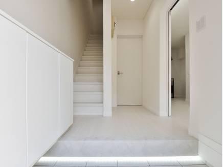 玄関は広く、間接照明がお洒落な雰囲気