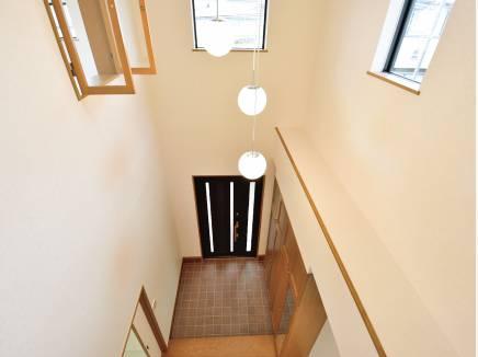 2階のホールやお部屋から玄関が見える開放的な造り