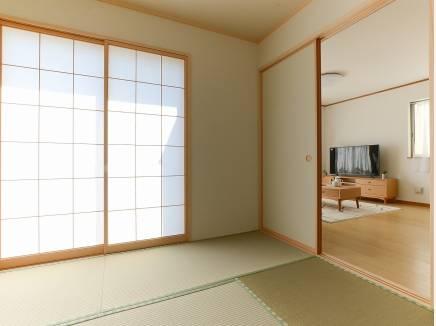リビング隣の和室は、何かと重宝できるのであると嬉しい空間